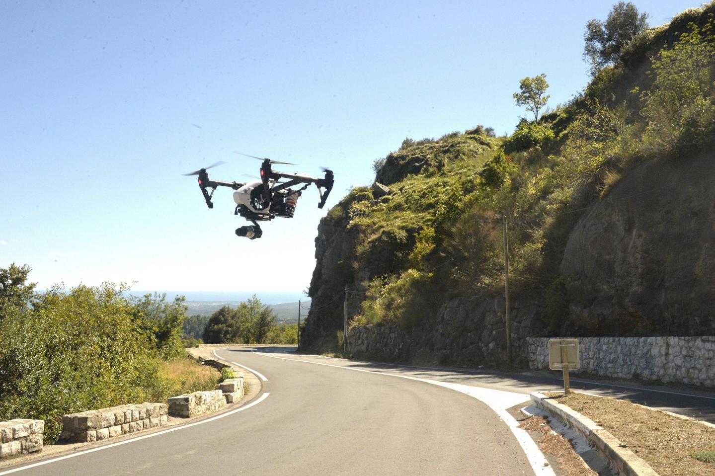 La première mission du drone? Prendre des photos qui permettront de réaliser une carte 3D de la falaise… pour anticiper les éboulements de roche sur la chaussée et limiter la dangerosité du site.