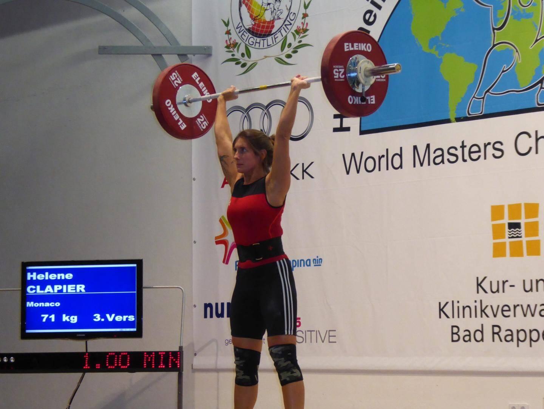 Hélène monte sur la troisième marche du podium et améliore largement son record personnel.