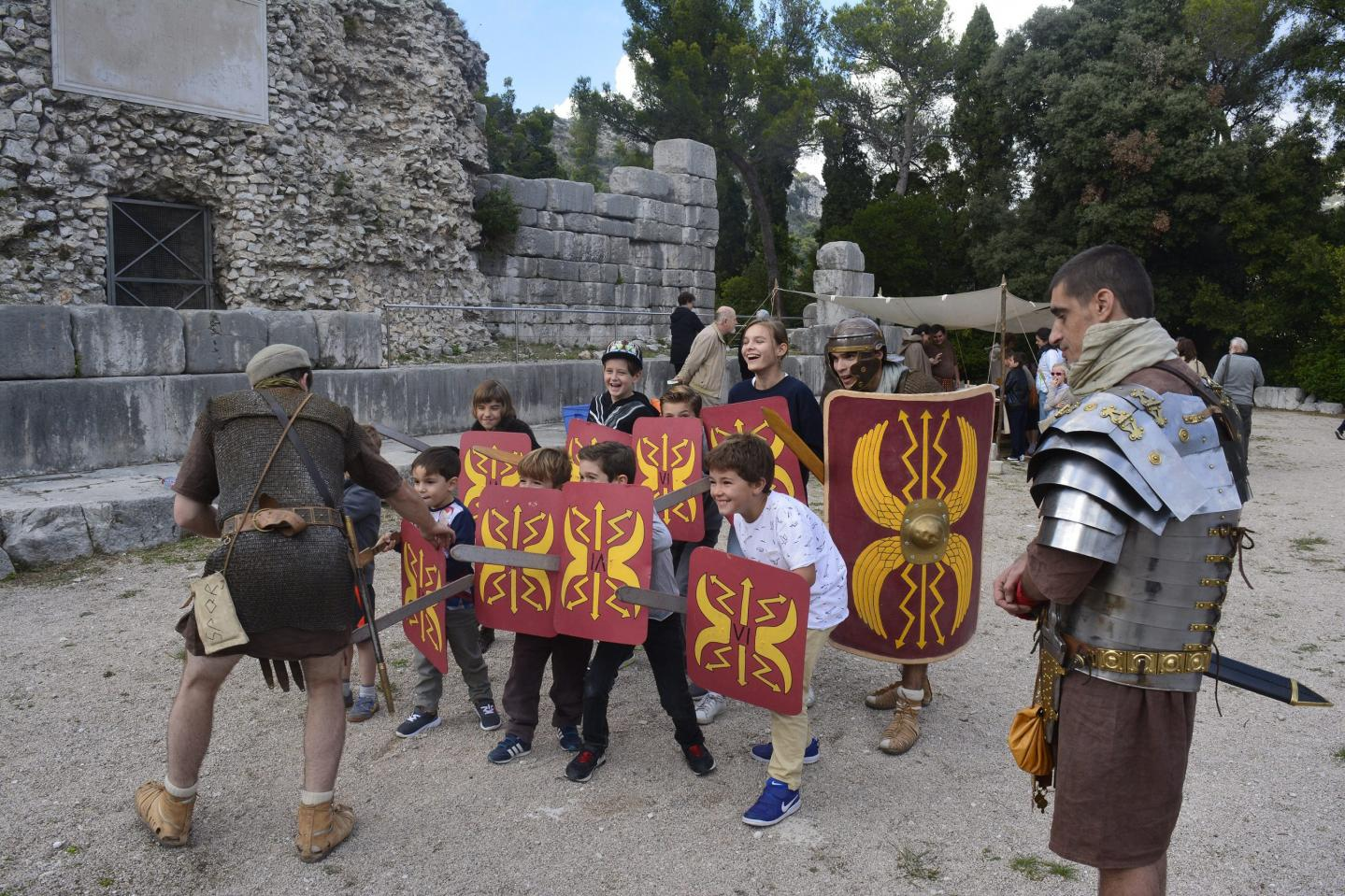 En avant petits légionnaires ! Avec les conseils de la Legio VI Fetrata.