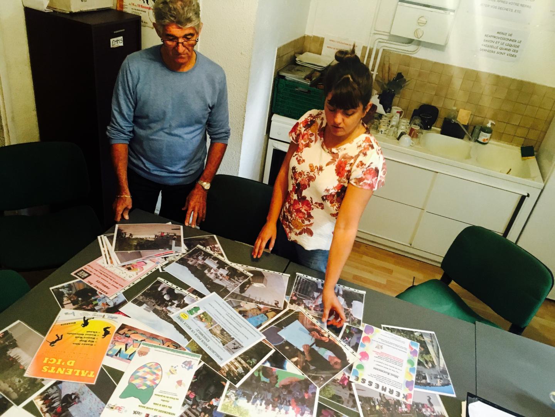 """Yves et Maria Christodoulou devant les photos des projets réalisés cette année dans la zone """"Paillon"""" grâce au Fonds."""