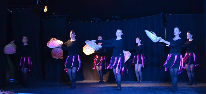 Des danses traditionnelles revisitées par des costumes et une musique modernes.