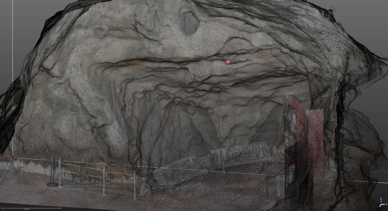 Dans la roche, on trouve enserrés des restes d'ossements et de mâchoires d'animaux.