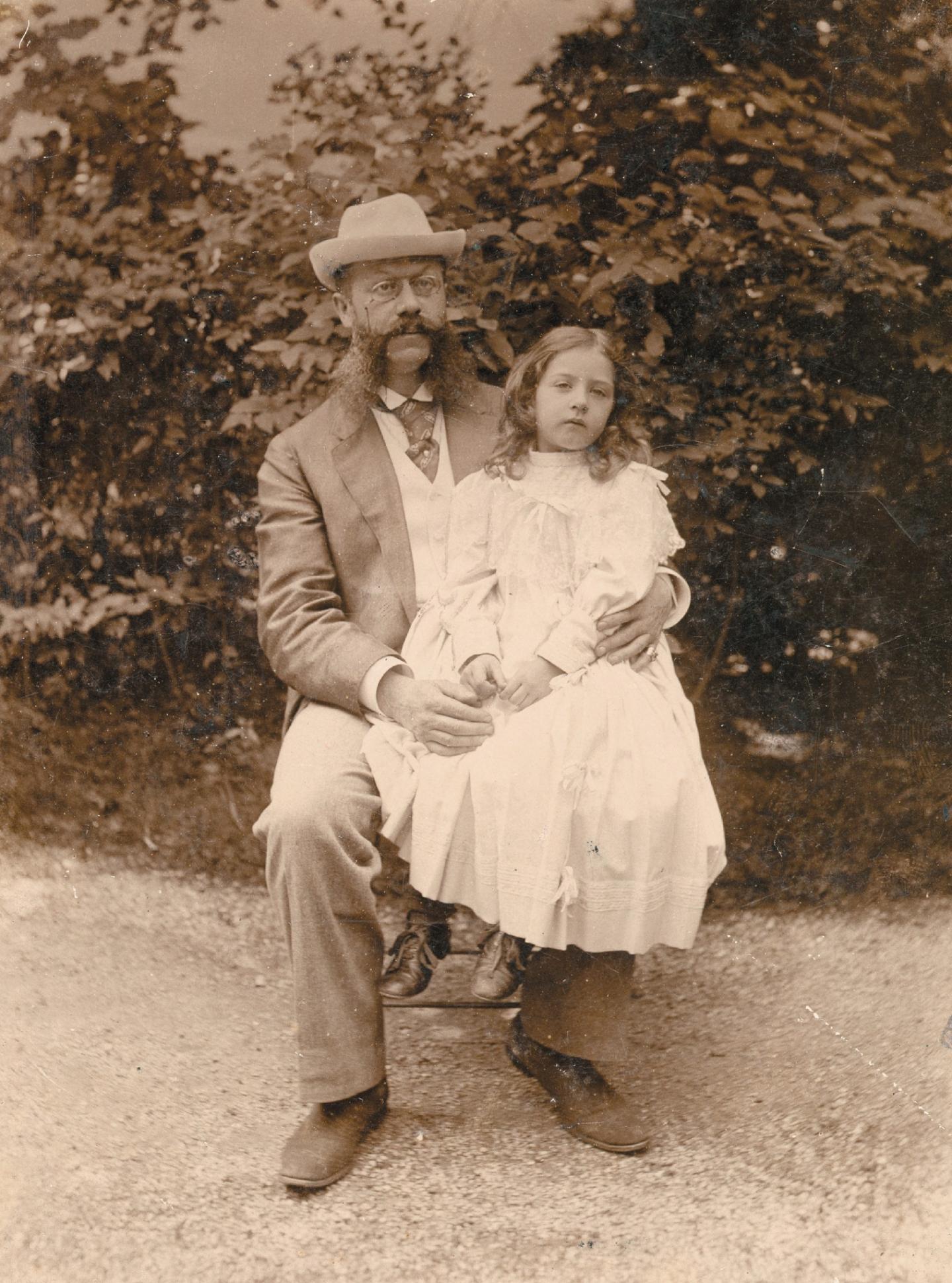Emile Jellinek et sa fille Mercedes. En haut, à droite, la fameuse Mercedes 35 HP.