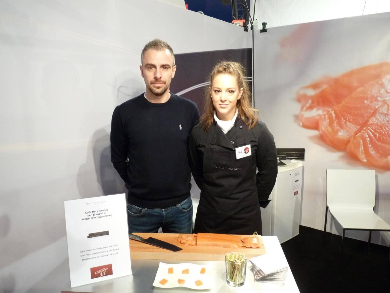 Nico Palazzo, présente un saumon fumé et salé à la verticale, une spécialité conçue par son père.