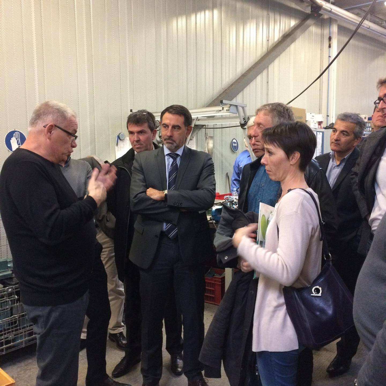 Bernard Mouret, directeur régional Enedis Sud-Est et son équipe de direction ont visité l'atelier de recyclage de l'Esatitude d'Antibes en présence d'André Gaucher, directeur de territoire d'Esatitude, et de Jérôme Jeunot, responsable d'atelier.