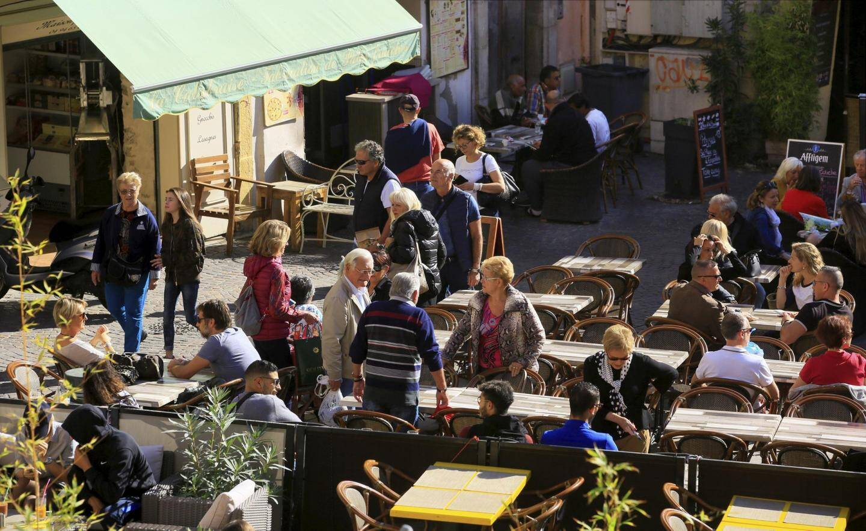 À l'heure du déjeuner, touristes et locaux envahissent les terrasses du centre-ville.