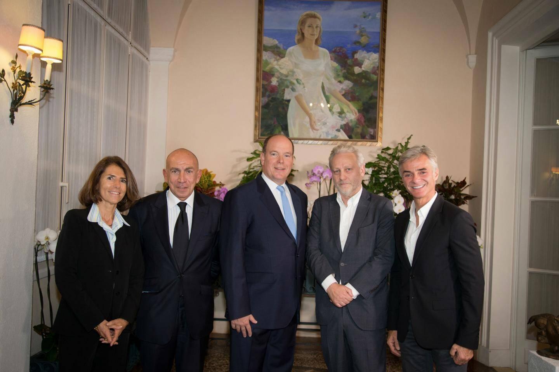 Le prince Albert entouré de Laurence Genevet et Stéphane Attia, producteurs exécutifs du documentaire, Yves Bigot, directeur général de TV5 Monde, et Cyril Viguier.