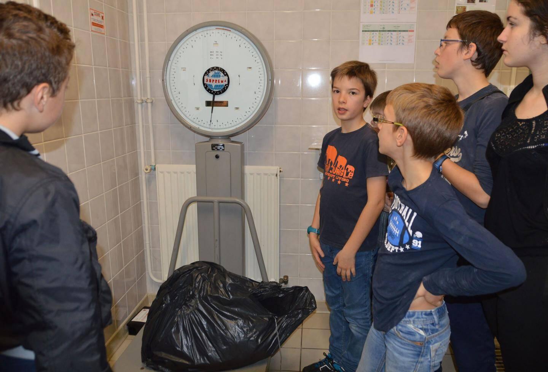 Troisième étape, la pesée avant d'aller déposer les déchets dans le composteur.
