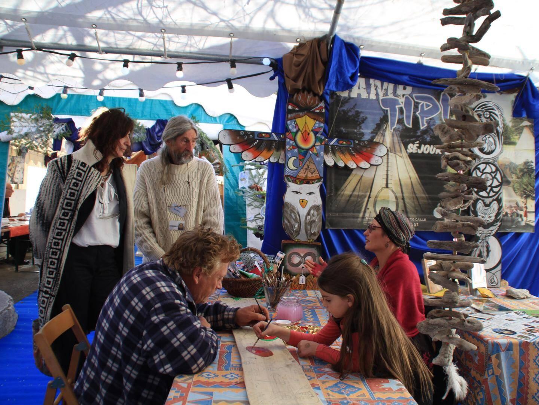 L'atelier des totems de Gwenaël a accueilli artistes et public pour dessiner et peindre une œuvre collective.