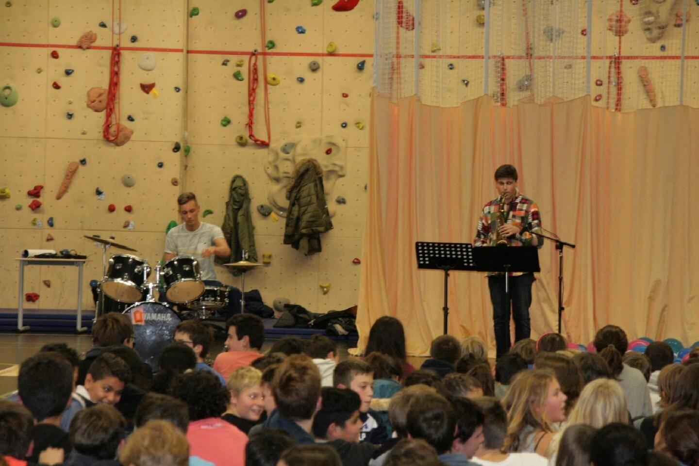 Matthieu et Ethan, portés par les encouragements de leurs camarades, ont mis le feu au gymnase, en réalisant une battle de batterie contre saxophone. Ils ont joué plusieurs morceaux d'univers différents tels que la Panthère rose, Careless whisper de George Michael, du Claude François ou encore Jingle bells, etc.