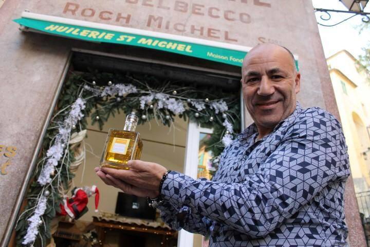 Karim Djekhar, responsable des huileries Saint-Michel depuis 2005 vient de lancer une nouvelle création qui combine citron, verveine et paillettes d'or.