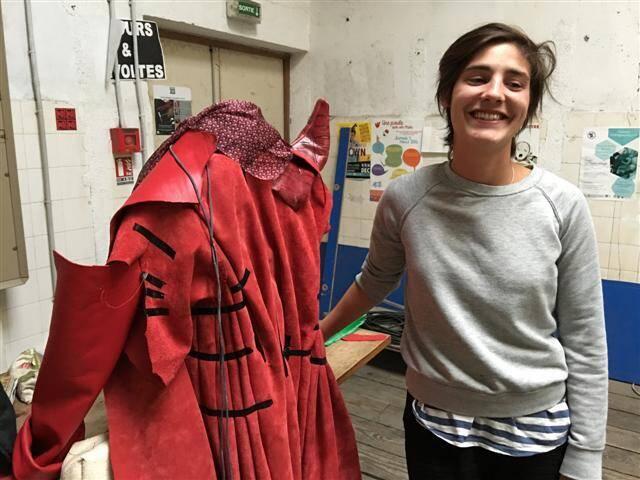 Salomé, étudiante, apprend beaucoup auprès de la costumière de la Compagnie