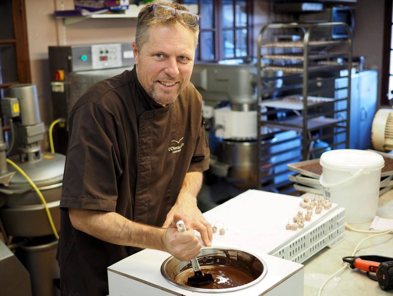 Depuis son laboratoire cagnois, Philippe Cornet, troisième génération de chocolatier, fabrique les produits vendus dans les deux points de vente l'Oiseau d'or : la boutique de Cagnes, créée il y a 70 ans par son grand-père, et celle de la rue Hôtel-des-Postes, à Nice, ouverte par son papa en 1985.
