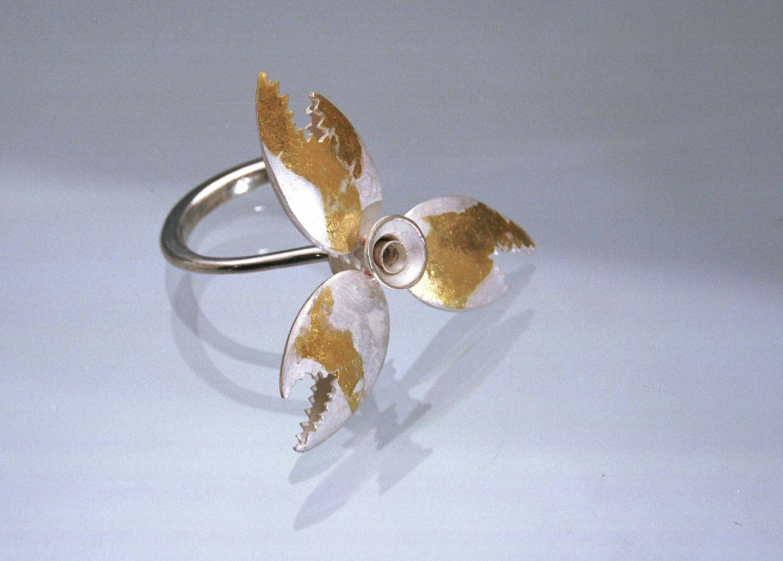 Ci-contre et ci-dessus : bracelet poissons et bagues coquillage et hélices de crabe.