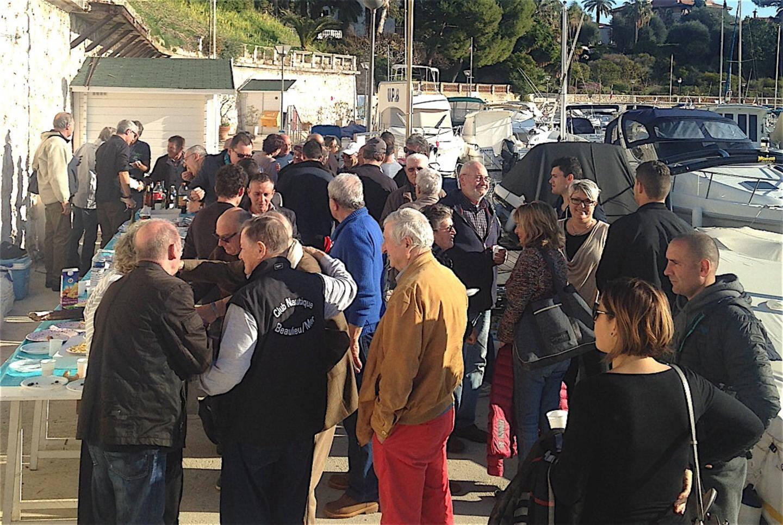 Beaucoup de monde sur les quais du port des Fourmis.