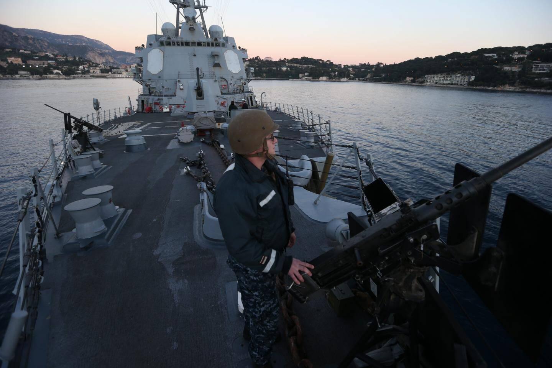 Comme tout bâtiment de guerre, l'USS Nitze ne se visite pas. Il est formellement interdit de s'en approcher à moins de 150 mètres.