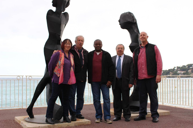 Les producteurs américains autour de «Marsou» et de Luis Bouillon Baker, devant la statue de sa mère, sur la promenade du Cap-Martin.