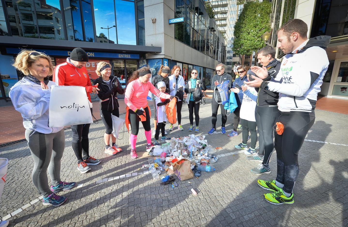 Les sportifs ont collecté en une petite heure ce tas de déchets sur la voie publique, notamment du sentier littoral.