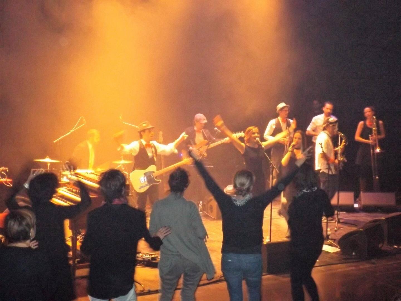 Papa Rooster, avec le grain de folie du musicien « Manu », a fait danser son public.