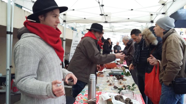 Les amateurs se sont pressés autour des stands de vente du précieux champignon, en dépit du mauvais temps.