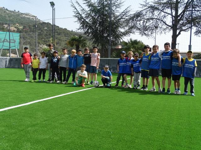 De jeunes passionnés de football, prêts à disputer une partie de calcetto.