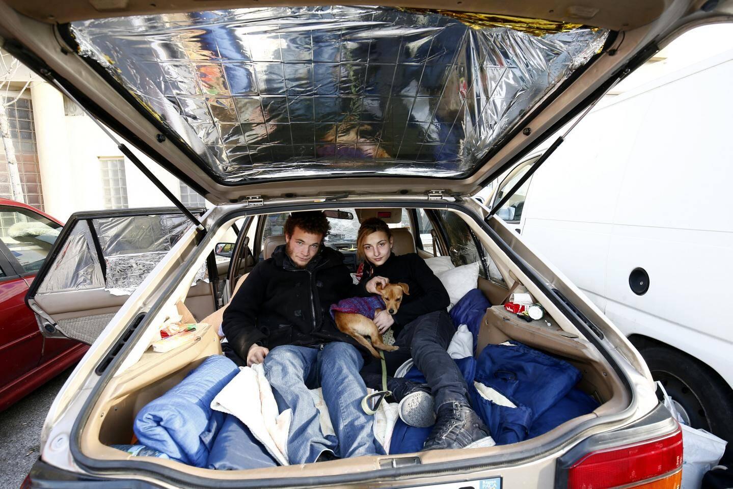 Leur voiture leur sert uniquement à dormir et à mettre à l'abri le peu qu'ils possèdent.