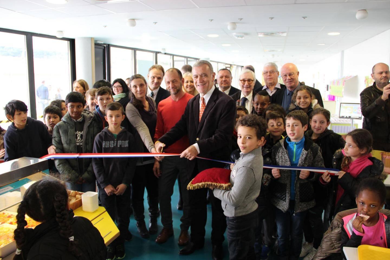 Le maire a coupé le ruban avec l'inspecteur d'Académie de la Circonscription de Menton, Jean-Marc Messina.