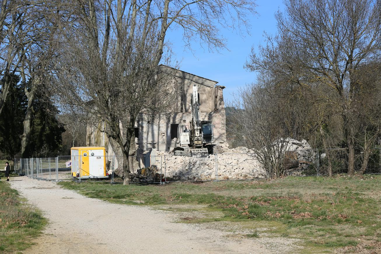 Le bâtiment est actuellement en cours de démolition.
