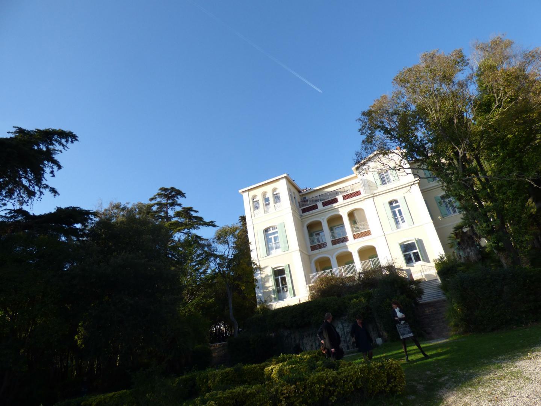 Le CDE dispose de sept hectares face à la mer et d'une bâtisse imposante qui domine la plage de La Garonne.