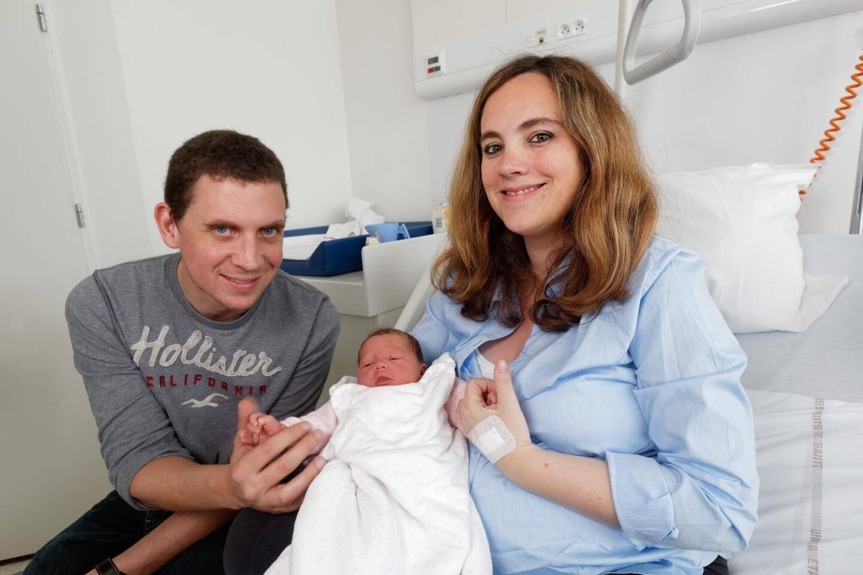 Daphné Gagnebet dans les bras de ses parents Christophe et Amandine