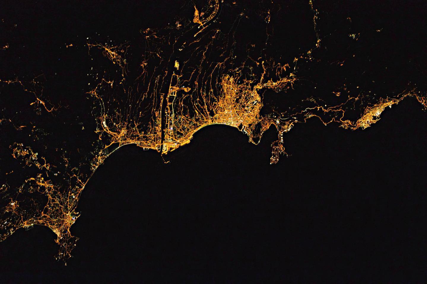 Nice, de nuit, vue de l'espace.