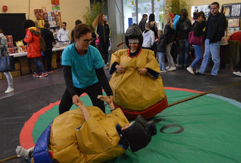 Un combat très amical pour ces jeunes sumos bien gonflés !