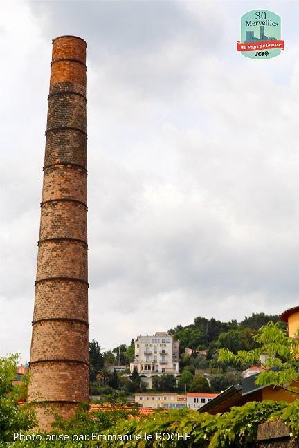 La tour de l'usine à parfum.