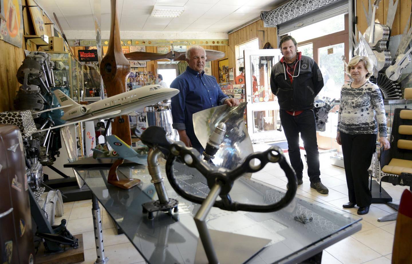 De gauche à droite, Jean-Marie, son frère Pascal et leur mère Simone D'Oriano gèrent la boutique qui regorge de trésors!