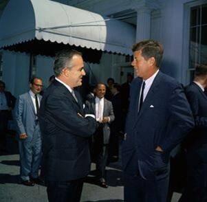 Le 26 mai 1961, la Princesse Grace de Monaco et le Prince Rainier rendent visite à leurs amis, Jacqueline et John F. Kennedy. Ce dernier est incapable de prononcer convenablement «Rainier», malgré le fait qu'il se soit entraîné avec Jackie: «Rennire»… En découvrant la robe portée par la Princesse, John lui murmure: «C'est Givenchy n'est-ce pas?». Elle lui sourit: «Oui, comment le savez-vous monsieur le président?». «Oh je vois passer les factures de Jackie…».