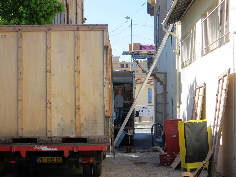 Les camions ont mis une journée pour vider le logement habité depuis toujours par la vieille dame.