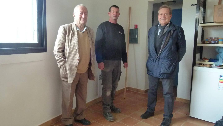 Éric, qui a magné pinceaux et rouleaux, entouré de Claude Ponzo (à droite) et Yves Fabre…