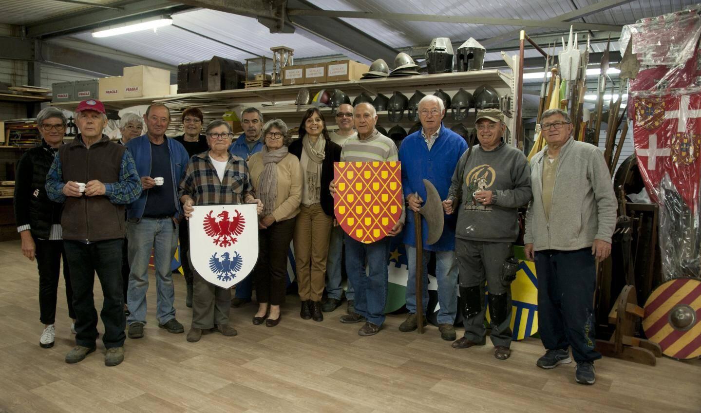 Georges Yevadian, pdt des Médiévales (bouclier rouge), avec les bénévoles de l'association reçoivent une délégation de la commune de Sospel (dont Isabelle Osché, adjointe à la culture).
