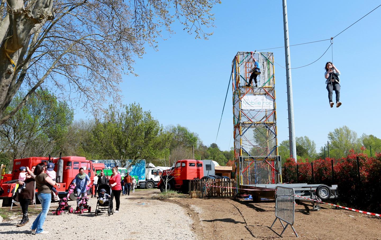 Après une ascension de huit mètres entre les cordes, c'est une tyrolienne de quarante-cinq mètres qui attend les courageux.