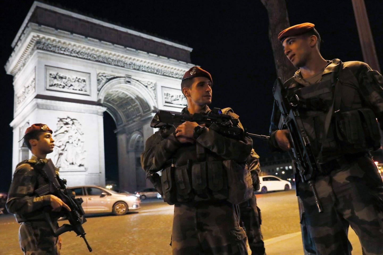 Des soldats devant l'Arc de Triomphe