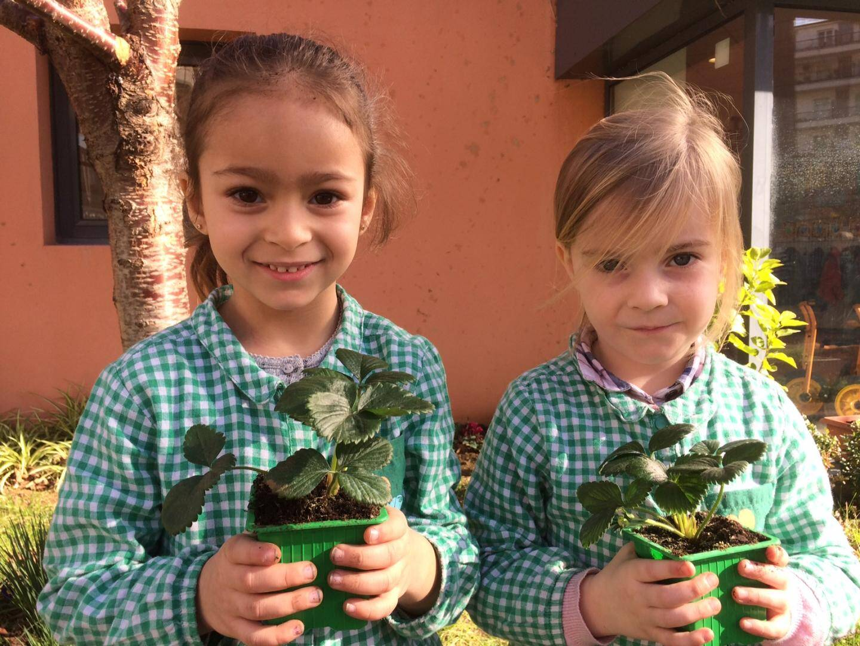 Des écolières de Ronchèse en plein atelier jardinage.