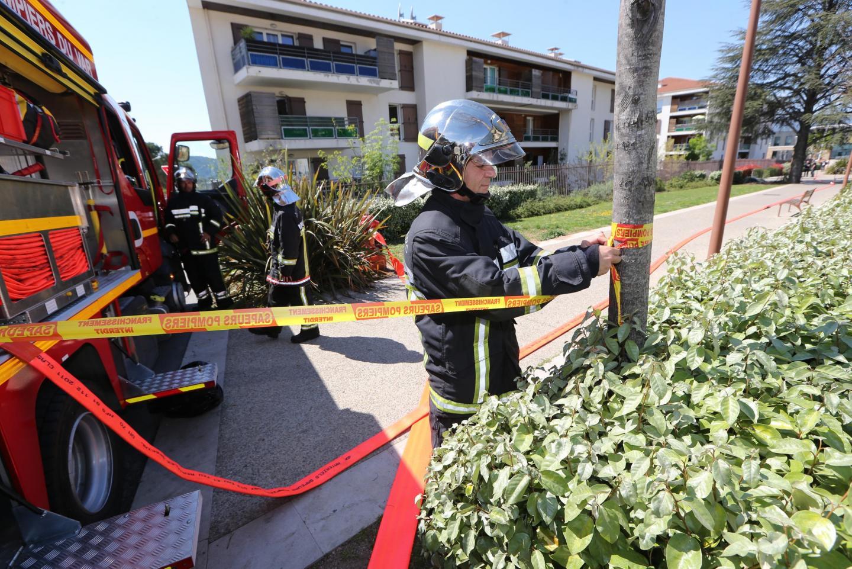 Les pompiers dressent un périmètre de sécurité.