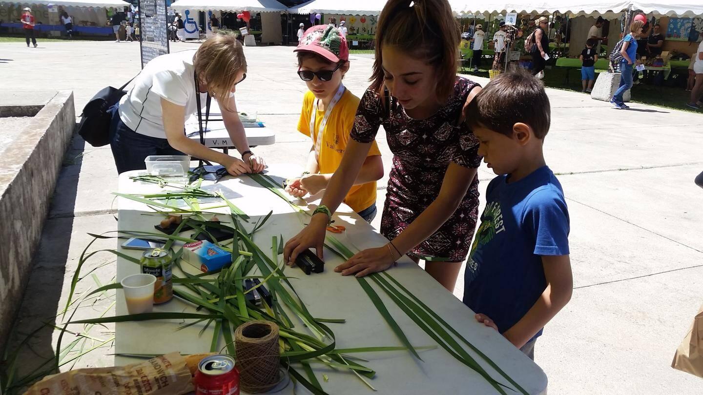 L'association d'art floral a réalisé de magnifiques œuvres de land'art avec les enfants.