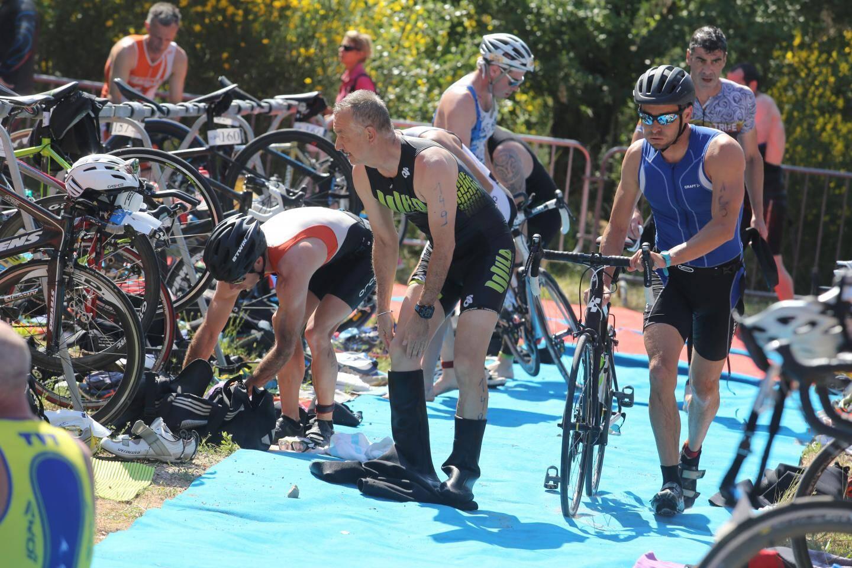 Sur la course du matin, les athlètes ont parcouru 1 500 mètres en natation, 40 km à vélo, et 10 km en course à pied.