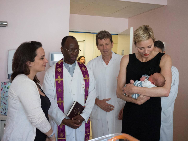 La princesse, accompagnée par le père Nana, le docteur Philippe Brunner et le professeur Bruno Carbonne, chef du service Maternité, a rencontré chaque famille, de chambre en chambre.