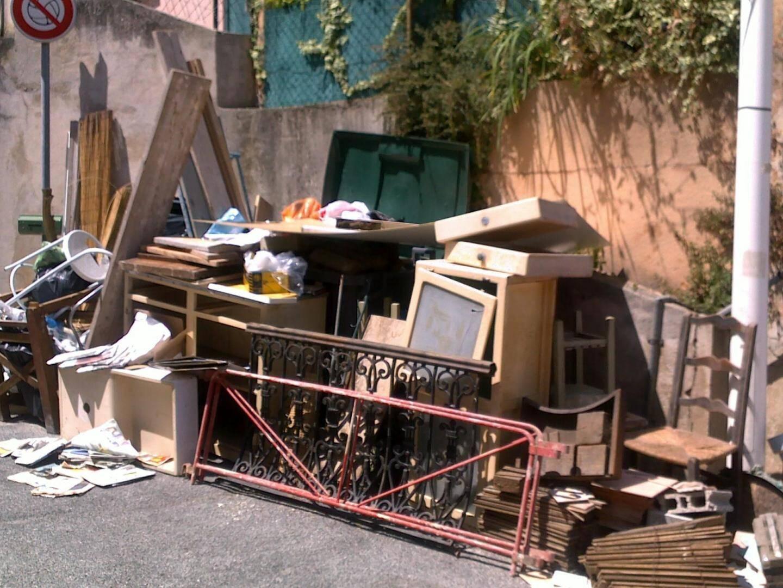 Les dépôts sauvages sont interdits afin de respecter et protéger l'environnement urbain.