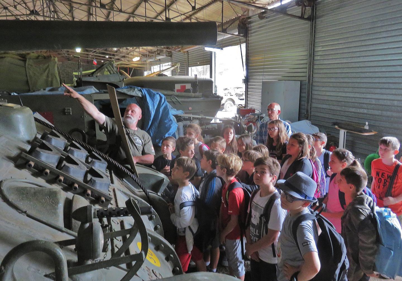 """En attendant la sortie de ce char Sherman M4A4 (""""Fez""""), les élèves iront le voir rouler sur Youtube."""