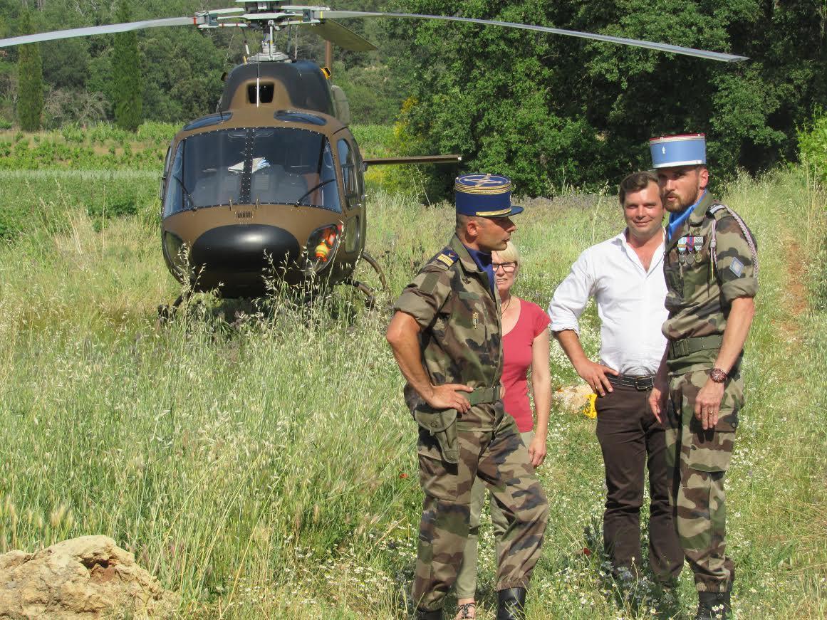 L'hélicoptère de l'EALAT s'est posé au milieu des vignes.