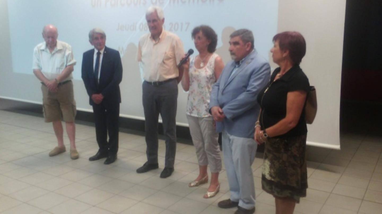 Mireille Novembri (micro en main) a coordonné la séance de ciné-débat « Un parcours de mémoire » à la Maison pour tous.