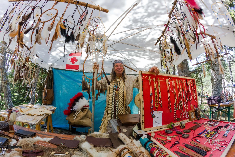 Les bijoux artisanaux, les attrapes rêves ou les bâtons de bienvenue d'Indian bison ont eu un beau succès auprès du public.